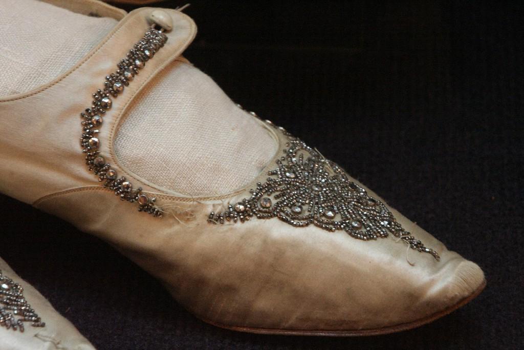 Туфли, декорированные вышивкой граненым серебряным бисером